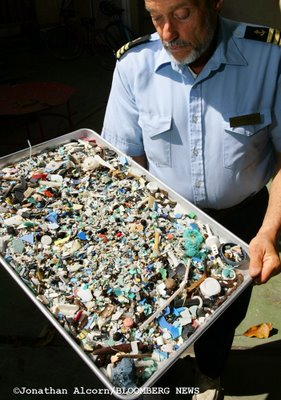 Moore w plastic tray