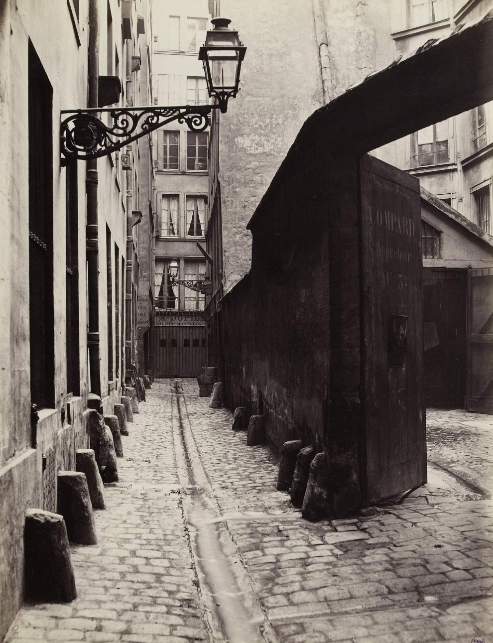 Impasse de la Bouteille, vue prise de la rue Montorgueil. Paris (IIËme arr.), 1865-1868. Photographie de Charles Marville (1816-1879). Paris, musÈe Carnavalet. Dimensions : 35,90 X 27,70 cm Dimensions de la vue