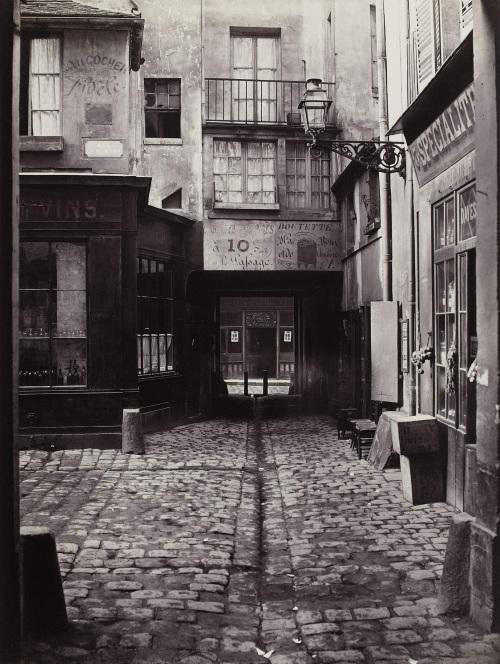Passage St Benoit. Paris (VIËme arr.), 1865-1868. Photographie de Charles Marville (1816-1879). Paris, musÈe Carnavalet. Dimensions : 36,50 X 27,60 cm Dimensions de la vue